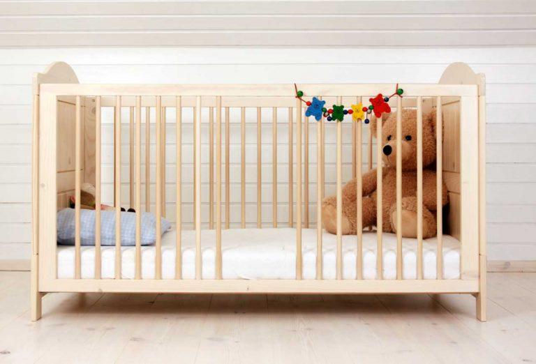 Das erste Babybett: 4 Punkte, die Sie beim Kauf beachten sollten
