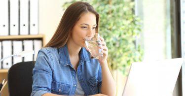 5 empfehlenswerte Tipps, wie Sie im Büro genug und richtig trinken