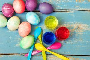 6 Tipps, wie Sie mit Kindern ganz leicht gekochte Eier färben