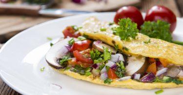 Leichte Küche: So zaubern Sie ein Omelett mit Frühlingskräutern