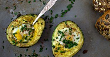 Spiegelei in Avocado ganz einfach in 4 Schritten