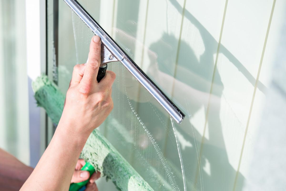 Fensterputzen: 5 Tipps für schlierenfreie Sicht - experto.de