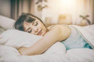 5 Gründe, warum Sie auf der linken Seite schlafen sollten