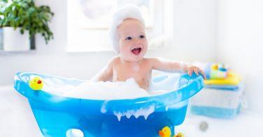 Baby sicher baden: Befolgen Sie diese 10 Schritte