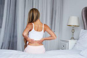 Rückenschmerzen bei Frauen: Ursachen und Therapie