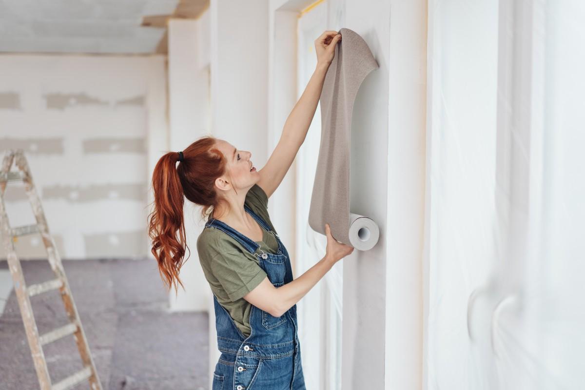 Renovieren mit Farben und Tapeten: Auf das Wandmaterial kommt es an