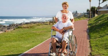 So schieben Sie einen Rollstuhl sicher und bequem