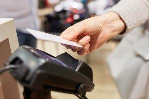 Kontaktloses Bezahlen mit Kreditkarten – nicht immer sicher?
