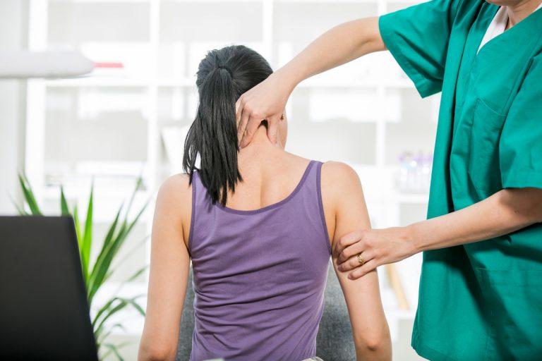 Diese 6 Übungen helfen gegen Nackenverspannungen