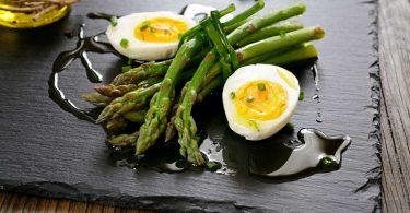 Eiersalat mit grünem Spargel, Speck und Brunnenkresse – das einfache Rezept mit Schritt-für-Schritt-Anleitung
