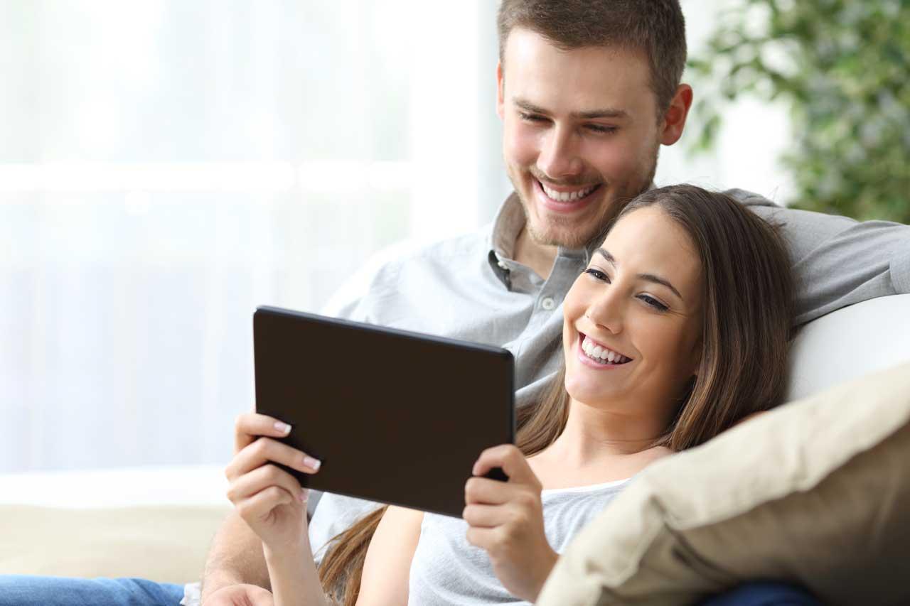 fernsehen schauen auf smartphone tablet pc und tv mit. Black Bedroom Furniture Sets. Home Design Ideas