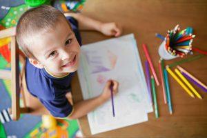 So bringen Sie Ihren Kindern das Malen bei