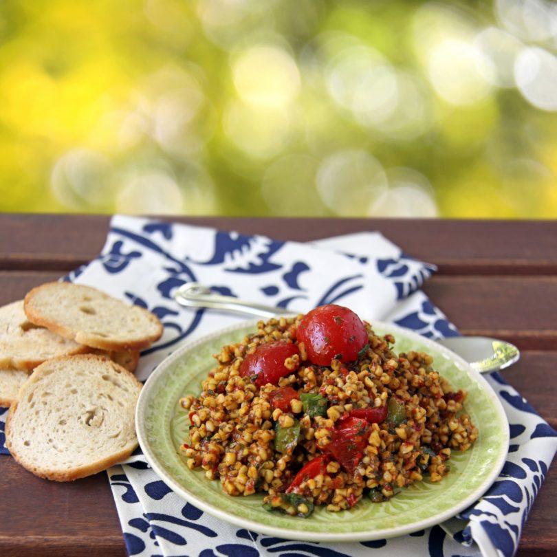 Sommer auf dem Teller mit Bulgursalat und Erdbeeren