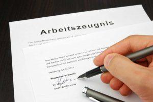 Müssen Sie das Arbeitszeugnis immer selbst unterschreiben?