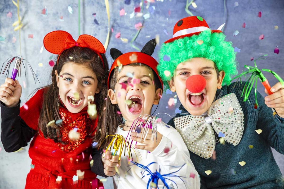 Kinder feiern Karneval eine lustige Party