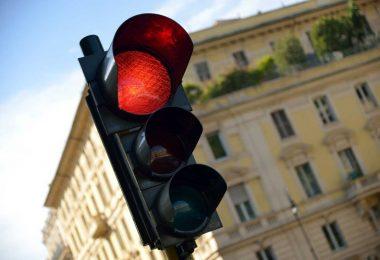 Kreativer Flow: rote Ampel stoppt Störer