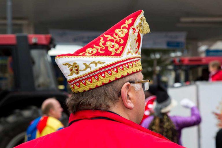 Fasching oder Karneval: Tipps für Hüte und Kronen, Perücken und Masken