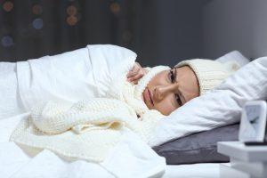 Frieren bei Müdigkeit:  Ursachen und Abhilfe für das Kälteempfinden vor und beim Schlafen
