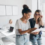 Jeans im Büro: Angesagt oder tabu?