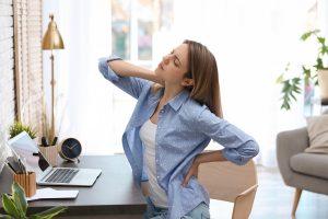 Zu langes Sitzen & falsche Haltung: So entstehen Probleme