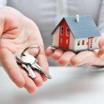 Einen Hausverkauf organisieren: In Eigenregie verkaufen oder auf einen Makler setzen?